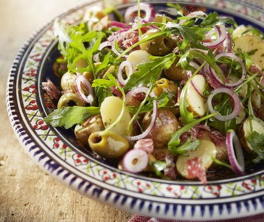 Lauwwarme aardappelsalade met salami en olijven