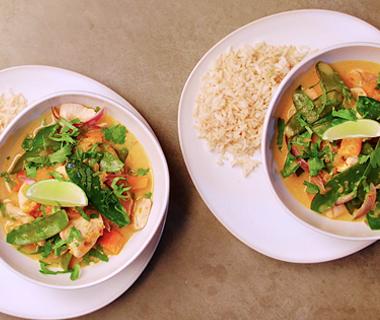 Rode curry met kip, pompoen en peultjes