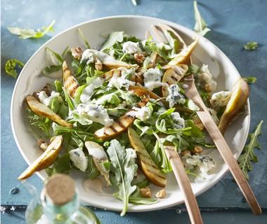 Salade met gegrilde peer, blauwe kaas en walnotendressing