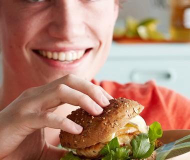 Kipburger met gebakken appel en brie