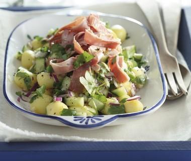 Aardappelsalade met ham en komkommer