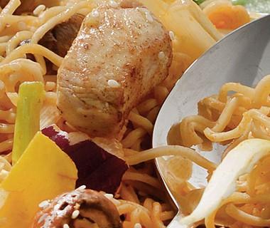 Japanse kipfilet met roerbaknoedels en sesam