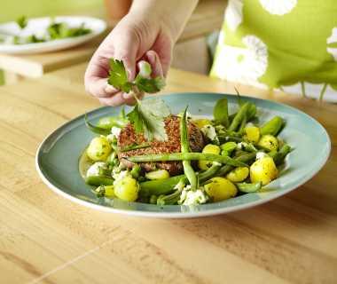 Groene groenten met kruidenolie en tartaar