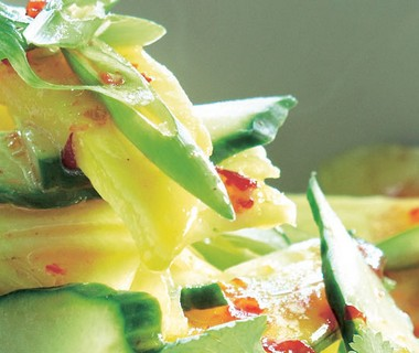 Exotische salade met komkommer, ananas en mango