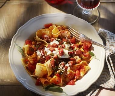 Lasagnette met kikkererwten, salami en salie