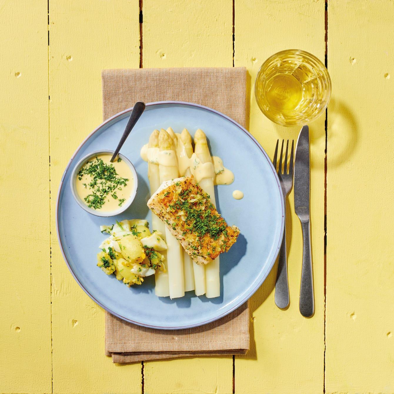 Gekookte witte asperges met geprakte krieltjes en gebakken kabeljauwfilet