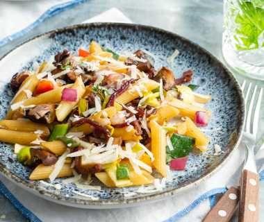 Vegetarische pasta met gekarameliseerde ui