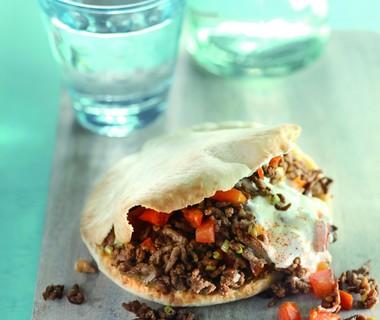 Pitabroodje met gekruid gehakt en chiliroom