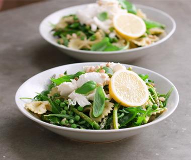 Groene pastasalade met aspergetips en mozzarella
