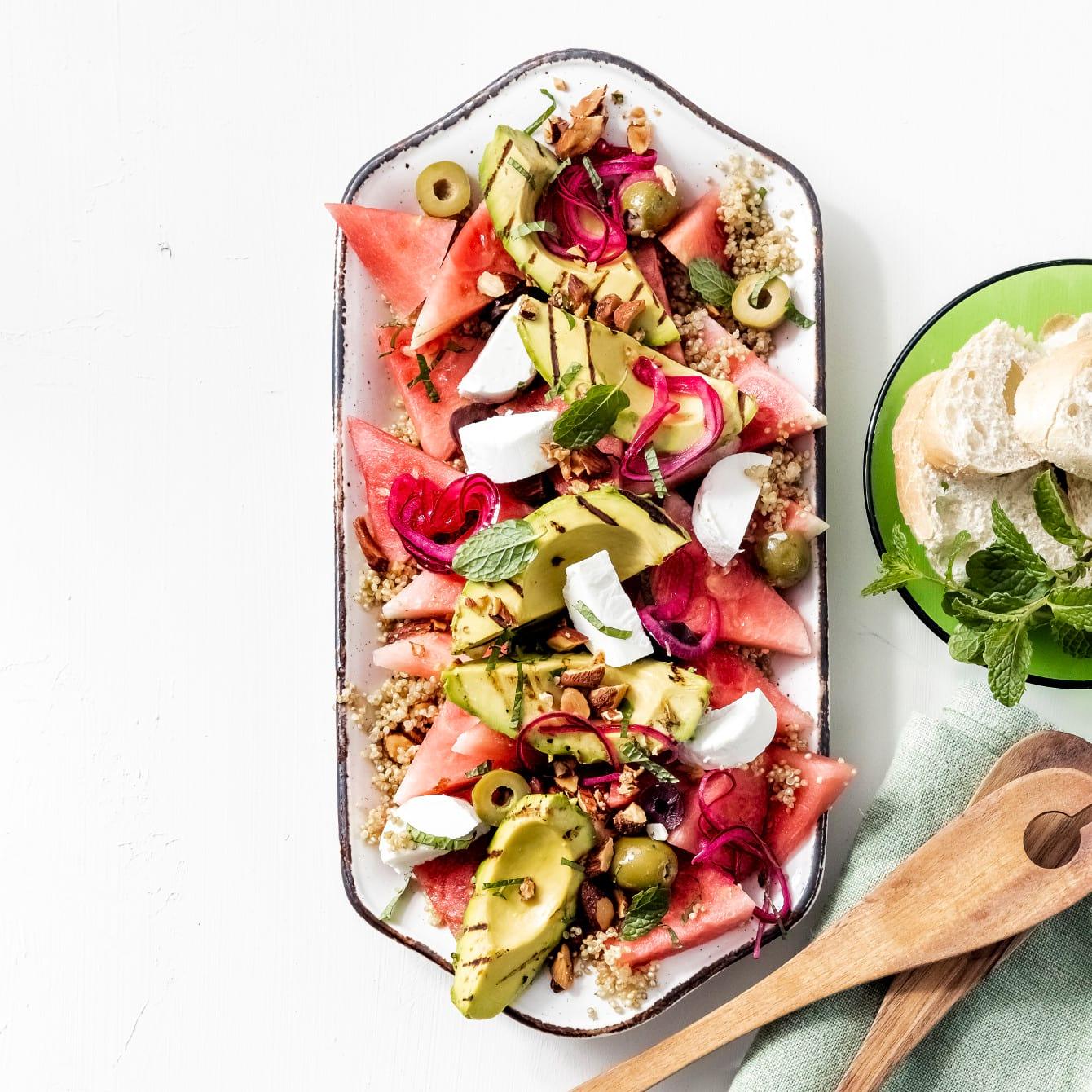 Quinoasalade met gegrilde avocado's, watermeloen en geitenkaas