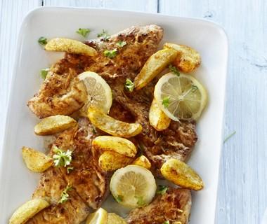 Schnitzel met citroenbotersaus en paprika-aardappelen