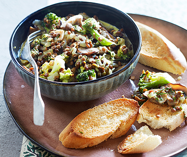 Linzenstoofpotje met paddenstoelen en broccoli