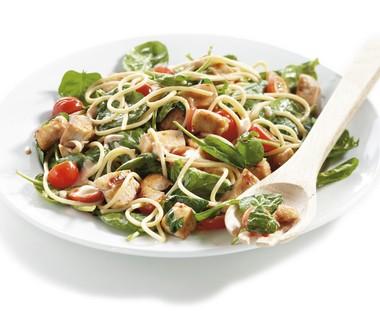 Pastasalade met kip en basilicumdressing