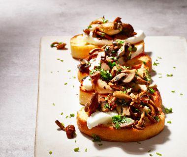 Bruschetta met paddenstoelen en mozzarella