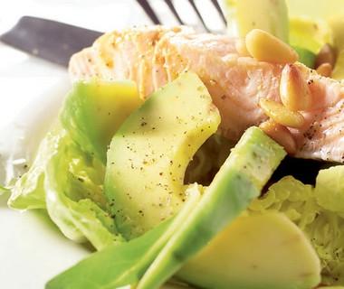 Salade met gepocheerde zalmfilet en sinaasappeldressing