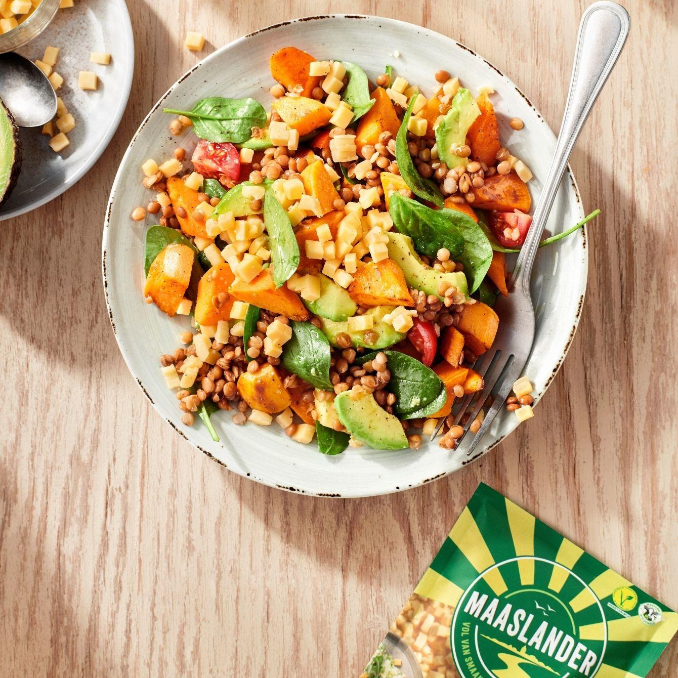 Maaltijdsalade met linzen, spinazie en Maaslander maaltijdtopper