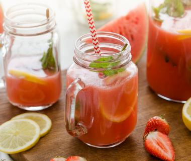 Homemade aardbeien-watermeloen limonade