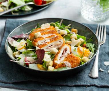 Caesar salade met kip cordon bleu