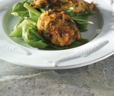Salade met zeevruchtenkoekjes