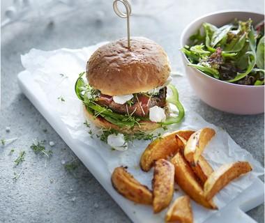 Hamburgers met geitenkaas en zoete aardappelpartjes