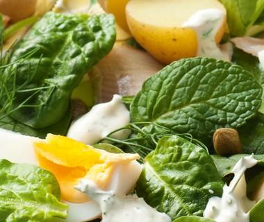 Salade van gerookte forel, krieltjes en munt