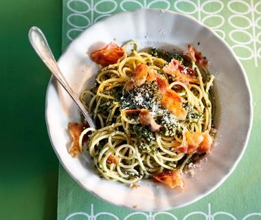 Spaghetti met knapperig spek en pesto