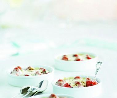 Gegratineerde aardbeien met rozemarijnhoning