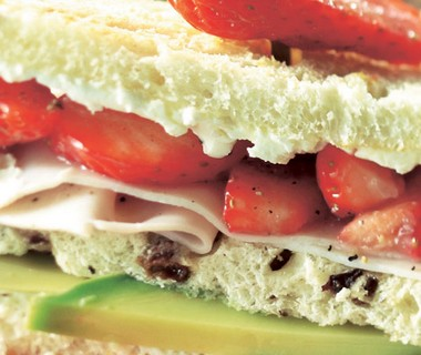 Clubsandwich met aardbei, kip en avocado
