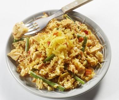 Nasi tjampoer met kip en boontjes