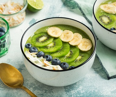 Smoothiebowl met kiwi en kokoswater