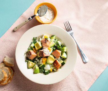 Paksoi-salade met zalm en ei