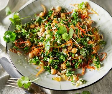 Boerenkoolsalade met geroosterde wortel en couscous