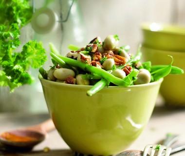 Lauwwarme salade van sperziebonen, tuinbonen en notendressing