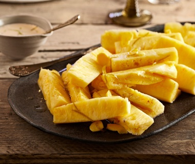 Ananas in limoen-gembersiroop met mascarpone-yoghurt