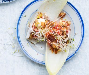 Tomaatjes met paprikasalade en hummus