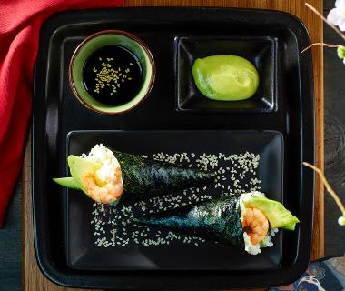 Temaki sushi met pikante garnaal