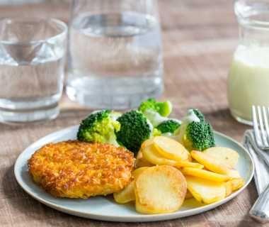 Broccoli met kipschnitzel, aardappelschijfjes en kaassaus
