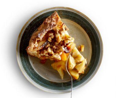 Appel-abrikozentaart met notentopping