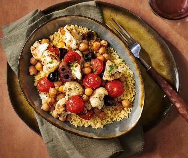 Gebakken bloemkool met kikkererwten, tomaatjes en olijven