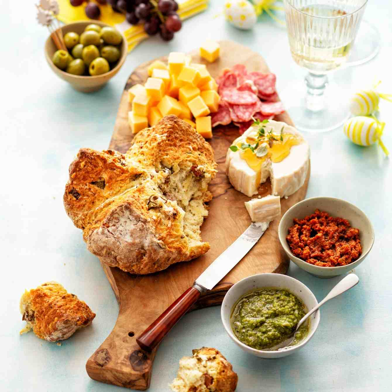 Hartig breekbrood met olijven, salami en kaas
