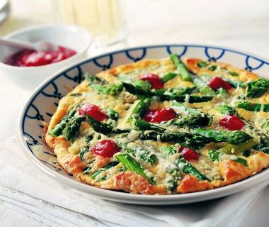 Omelet met groene asperges en kaas