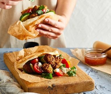 Pitabroodjes met falafel en mangochutney