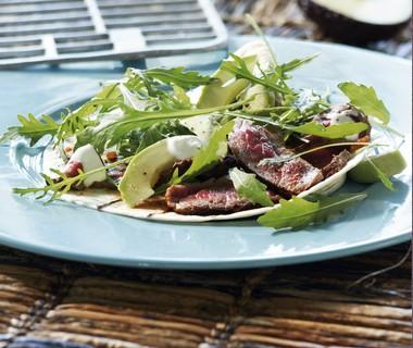 Wrap van de grill met gemarineerde biefstuk