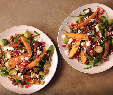 Winterse salade met geroosterde spruitjes en zoete aardappel