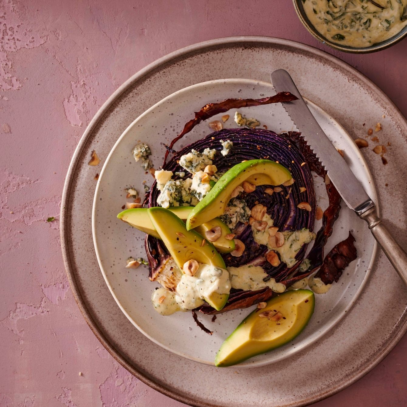 Rodekool-steaks met avocado en blauwe kaas