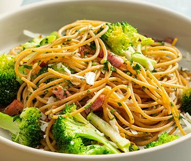 Spaghetti aglio met broccoli en spekjes