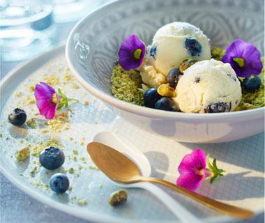 Ricotta-ijs met bessen, witte chocolade en pistache