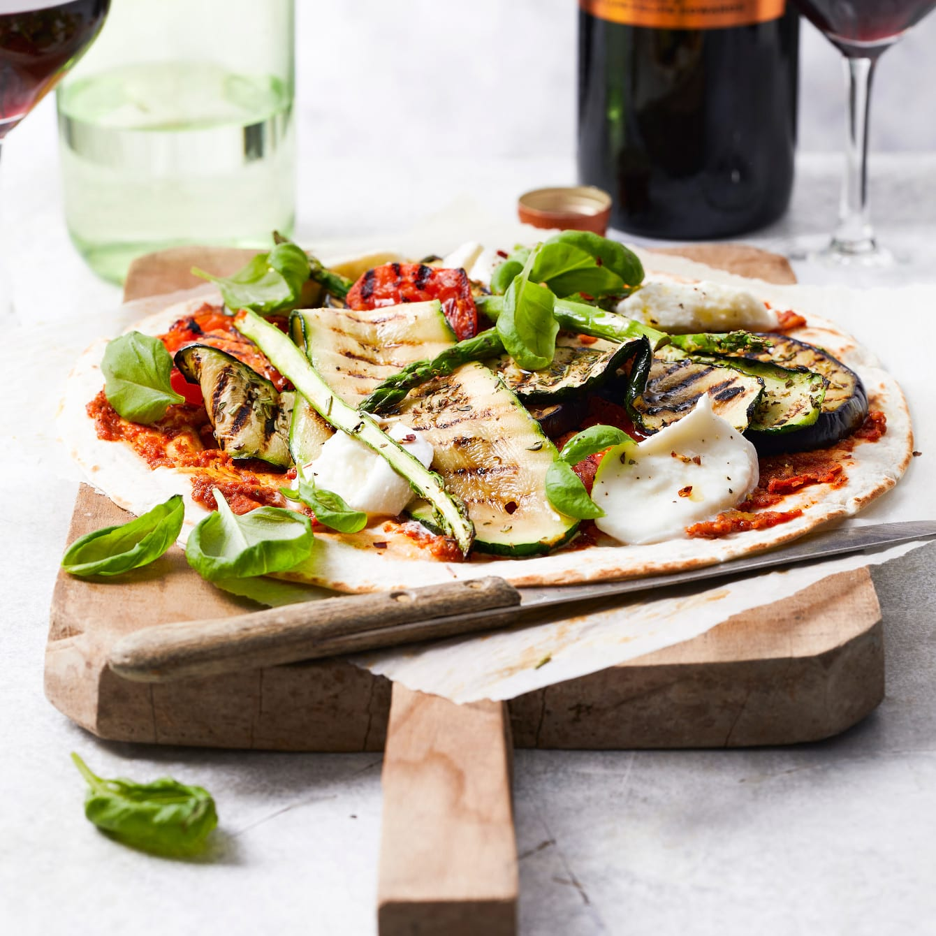 Lente'pizza' met gegrilde groenten en mozzarella