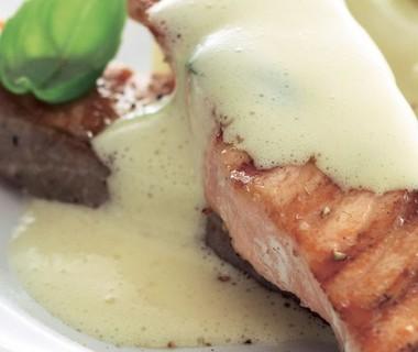 Witte asperges met gegrilde zalmfilet en kruidensabayon