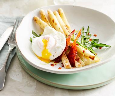 Salade met geroosterde asperges en gepocheerd ei